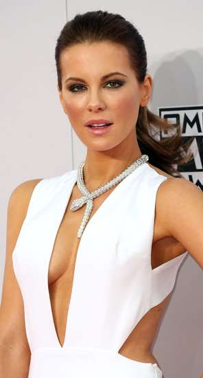 Siapa Lebih Hot Dibalut Gaun Putih ini, Kate Beckinsale atau Selena Gomez?