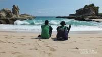 Hamparan pasir putih, gugusan karang, dan indahnya laut