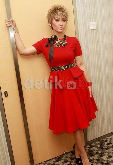 Rambut Pirang dan Baju Merah ala Inul Daratista