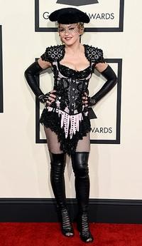 Ia tampil mengenakan kostum rancangan Givenchy. Jason Merritt/Getty Images/detikFoto.