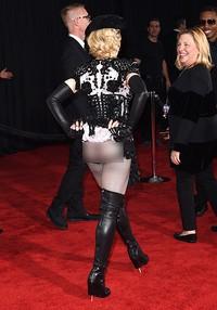 Ups! Saat hendak meninggalkan red carpet, Madonna pamer g-string hitam yang dikenakannya. Jason Merritt/Getty Images/detikFoto.