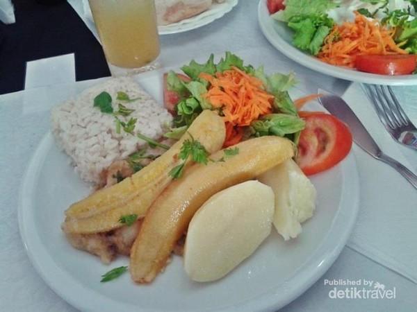 Di kampung Christiano Ronaldo d Madeira, Portugal, ada wisata kuliner yang unik. Warga lokal di sana makan nasi dengan pisang panggang. Tambahannya ada ikan, kentang dan salad, nyamm!