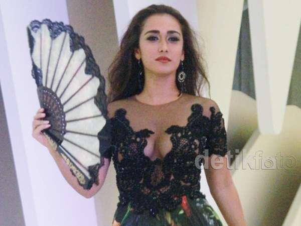 Super Hot... Alexandra Gottardo Pamer Belahan Dada di Catwalk