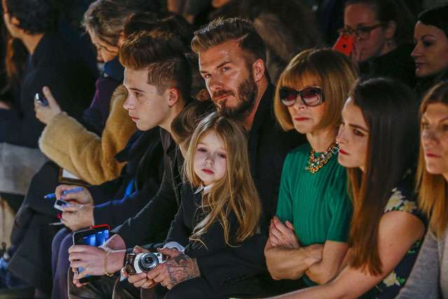 Hot Dad! David Beckham Eksis Bareng Anak-anaknya di Fashion Show Victoria