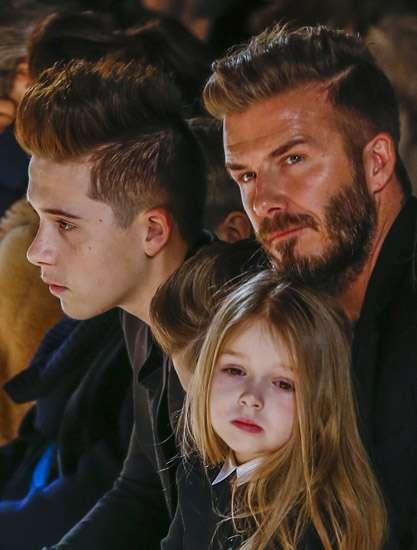 Hot Dad! David Beckham Eksis Bareng Anak-anaknya di Fashion Show Victoria