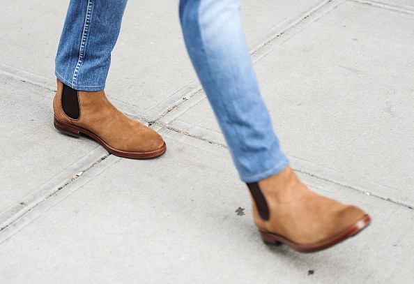 6 Trik Membersihkan Sepatu Suede yang Kotor di Musim Hujan 3a6827b6b8