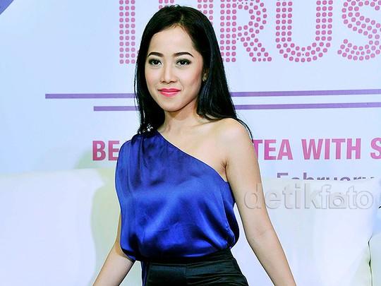 Karina Salim Cantik Dibalut Dress One Shoulder