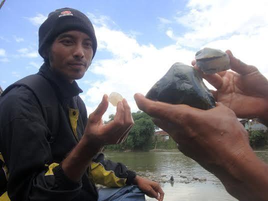 Mencari Batu Akik di Sungai Klawing Purbalingga