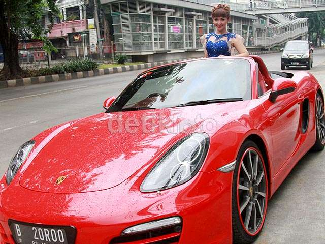 Si Seksi Roro Fitria dan Porsche Kesayangannya