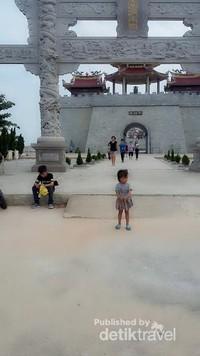 Gerbang depan vihara