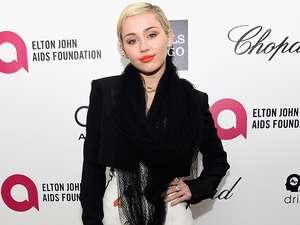 Eits! Miley Cyrus Sentuh Payudara Katy Perry di Grammy 2015
