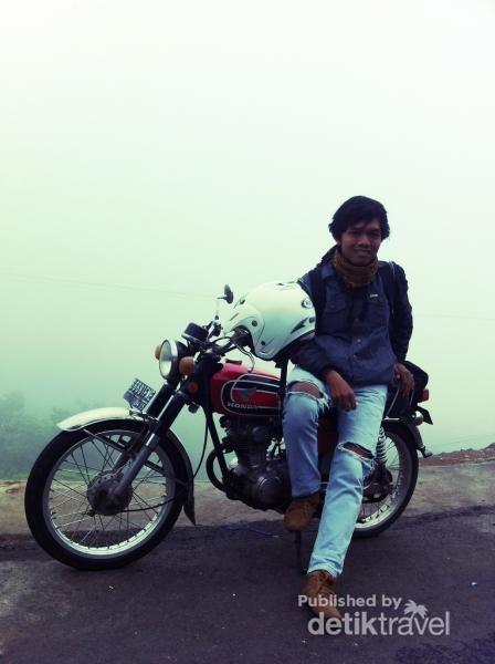 Narsis bersama motor tua