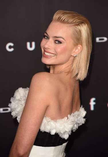 Gaun Hitam Menerawang Margot Robbie