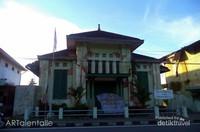 Salah satu gedung militer yang mengalami kerusakan pasca gempa 2009 lalu, gedung artistik yang terabaikan.