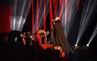 Saat menyanyikan lagu 'Living for Love', Madonna mengenakan kostum jubah berwarna hitam dari Armani. REUTERS/Toby Melville/detikFoto.