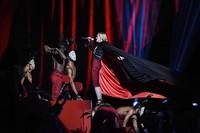 Dengan efek angin, jubah Madonna berkibar ke belakang. Gareth Cattermole/Getty Images/detikFoto.