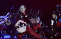 Para penari latar kemudian langsung membantu Madonna untuk meneruskan penampilan. REUTERS/Toby Melville/detikFoto.