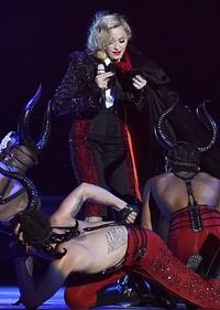 Madonna tampak berusaha melepaskan jubahnya. REUTERS/Toby Melville/detikFoto.