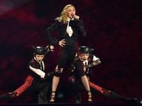Meski begitu, Madonna tetap tampil memukau seperti biasanya. REUTERS/Toby Melville/detikFoto.