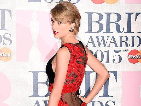 Taylor Swift Wow Bergaun Naga Menerawang