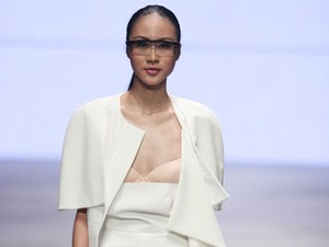 Ups! Baju Model Melorot Saat Show Ardistia New York di IFW