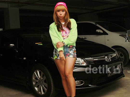 Gaya Cherly 'Cherrybelle' dengan Hot Pants Denim