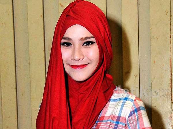 Zaskia Mecca Cantik Berhijab Merah