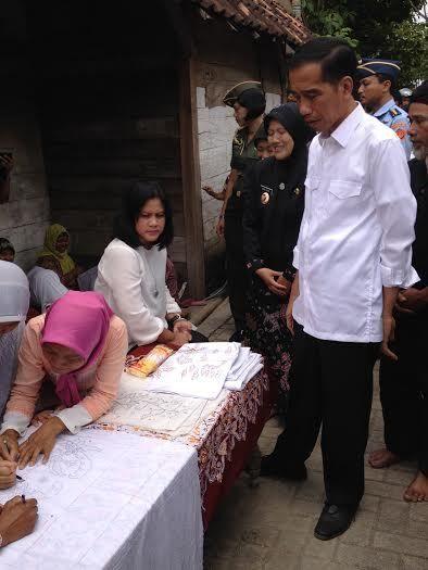 Ditemani Iriana, Jokowi Borong Batik dan Minum Air Kendi di Kampung Samin