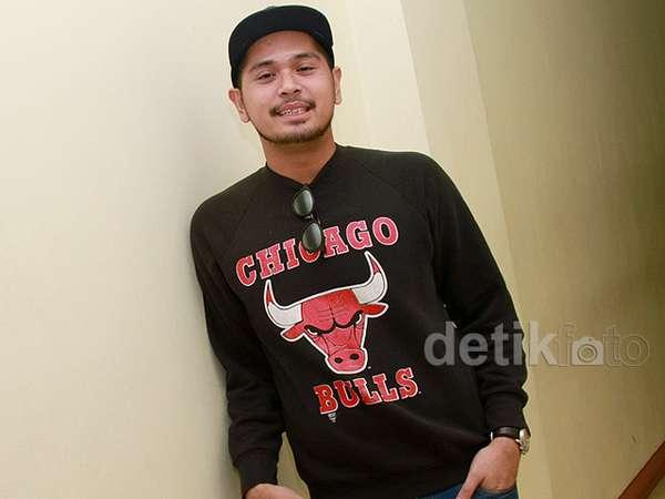Gaya Petra Sihombing dengan Baju Chicago Bulls