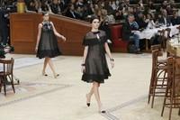 Kenakan dress hitam yang elegan, Kendall Jenner pimpin para model di runway. REUTERS/Gonzalo Fuentes/detikFoto.