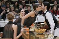 Mengetahui sang bartender adalah model top dunia asal Prancis Baptiste Giabiconi, Cara langsung menyapa dengan memberikan ciuman. REUTERS/Gonzalo Fuentes/detikFoto.