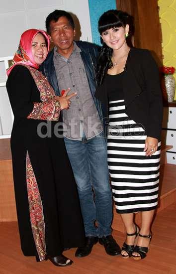 Aih.. Isu Mau Cerai Lagi, Kiwil Mesra dengan 2 Istrinya