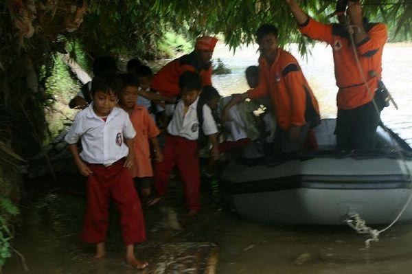 Setelah Jembatan Roboh, Begini Penampakan Siswa SD di Lebak Berperahu Karet