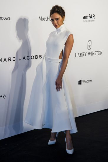 Kenakan dress putih dengan detail halterneck, Victoria Beckham tampil bergaya klasik. Moses Ng/Getty Images/detikFoto.
