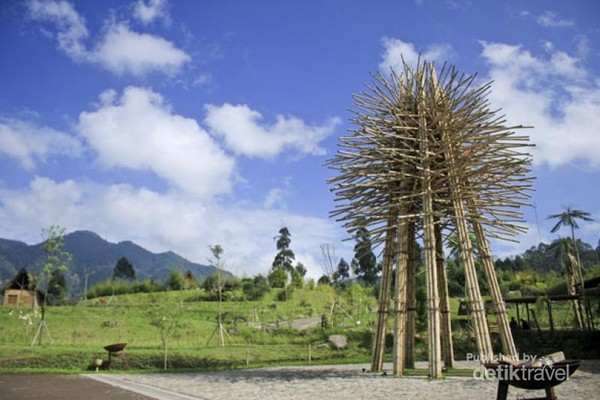 Tugu Bambu yang menyambut pengunjung