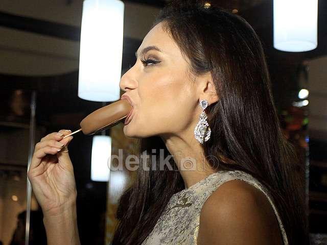 Nyam... Nikmatnya Marissa Nasution Makan Es Krim