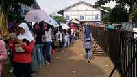 Antrean penonton saat penukaran tiket di Istora Senayan.