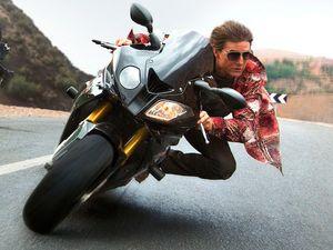 Aksi Keren Tom Cruise Ngebut dengan Motor dan Mobil BMW