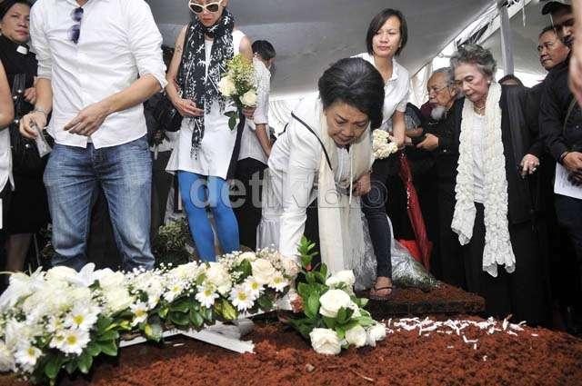 Keharuan di Pemakaman Frans Tumbuan