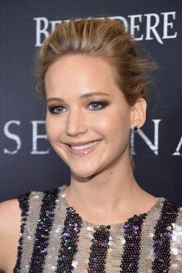 Jennifer Lawrence Berbaju Menerawang di Premiere 'Serena'