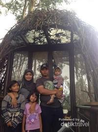 Berfoto bersama keluarga Di Depan Tempat makan Spot
