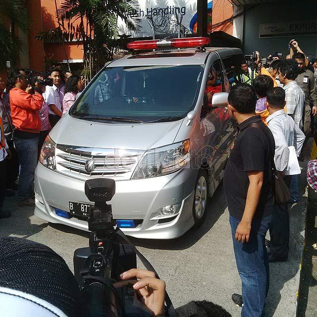 Sabtu (28/3/2015), jenazah bintang film 'Taman Lawang' itu tiba di Terminal Kargo 530 Bandara Soekarno-Hatta dan langsung dibawa ke rumah duka yang berada di Duren Sawit, Jakarta Timur dengan menggunakan ambulans Toyota Alphard. Mahardian Prawira Bhisma/detikHOT.