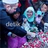 Raffi Ahmad Ziarah ke Makam Olga, Warga Antusias