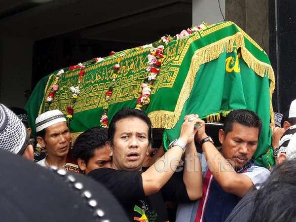Isak Tangis Warnai Pemakaman Mpok Nori