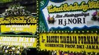 Rangkaian bunga ucapan belasungkawa datang dari berbagai kalangan. Tak terkecuali Gubernur kota Jakarta.