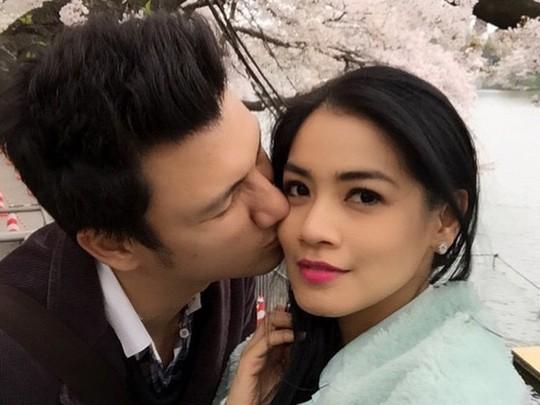 Sweet... Christian Sugiono Kecup Titi Kamal di Bawah Pohon Sakura