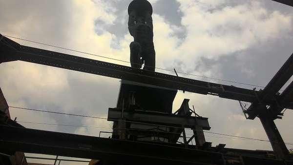 Kondisi Patung Pemuda Senayan yang Melayang Ditopang Baja Proyek MRT