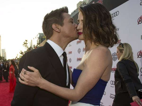 Jeremy Renner Cium Cobie Smulders di Premiere 'Avengers: Age of Ultron'
