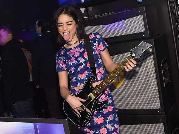 Vanessa Hudgens Pamer Skill Main Gitar