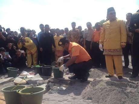 Kabasarnas dan Bupati Kobar saat peletakkan batu Monumen Keselamatan Penerbangan